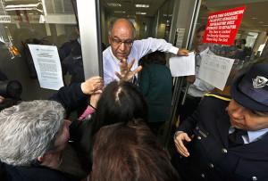 Вкладчики у входа в «Кипрский народный банк», 2013 год